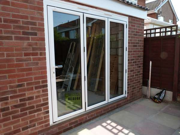 Mr V. : Crosby Liverpool - Installtion to a self biuld extention . white Hybrid Bi folding doors. slim line profile 135 vision lines. 28mm